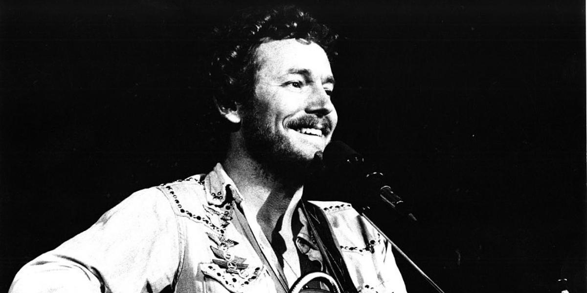LOS ANGELES: Gordon Lightfoot performs live in Los Angeles, USA in 1974 (Photo by Gijsbert Hanekroot/Redferns)